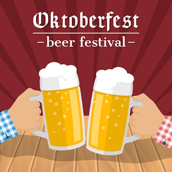 Festival della birra oktoberfest. due bicchieri di birra nelle mani di uomini che si toccano