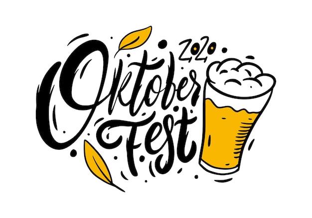 Calligrafia oktoberfest e boccale di birra. lettere disegnate a mano. illustrazione di vettore del testo di colore nero. isolato