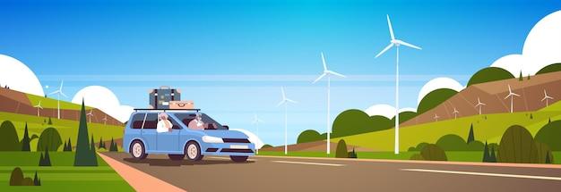 Vecchia famiglia che guida in auto durante le vacanze settimanali anziani viaggiatori afroamericani coppia che viaggiano in auto concetto di vecchiaia attivo sfondo del paesaggio orizzontale illustrazione vettoriale