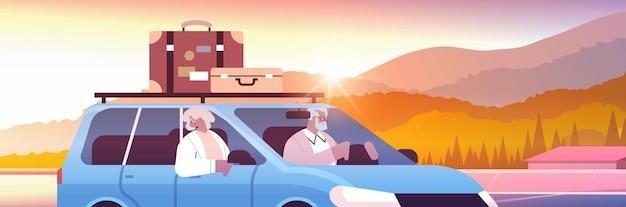 Vecchia famiglia che guida in auto in vacanza settimanale coppia di viaggiatori senior afroamericani che viaggiano in auto vecchiaia attiva