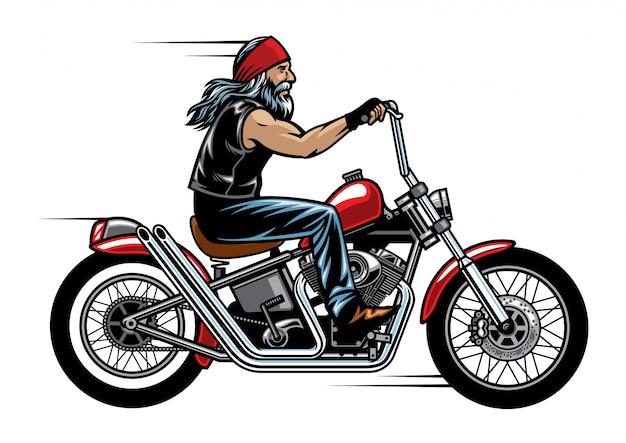 Il vecchio motociclista in sella a una moto chopper