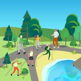 Uomo anziano e donna che fanno nordic walking insieme nel parco pubblico. i pensionati che hanno una vita sana.