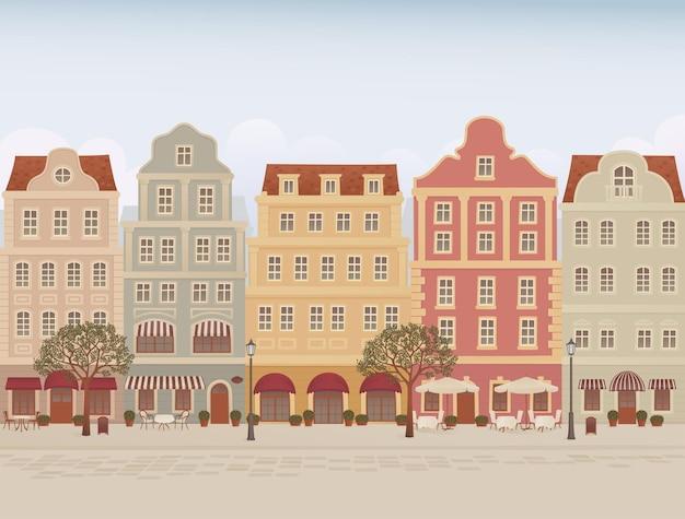 Strada della città vecchia con caffè e ristoranti