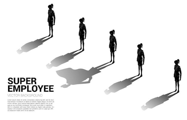 Uno dei silhouette di imprenditrice con la sua ombra di super umano. concetto di potenzialità di responsabilizzazione e gestione delle risorse umane
