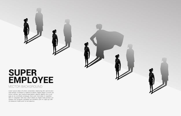 Una delle silhouette di donne d'affari con la sua ombra di super umano sul muro. concetto di potenziare il potenziale e la gestione delle risorse umane