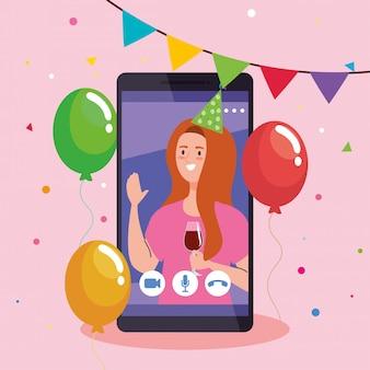 Festa online, la donna ha una festa online in quarantena, una videoconferenza, una vacanza online con una webcam per feste, su smartphone