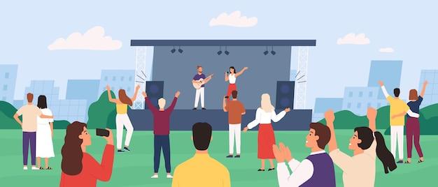 Concerto all'aperto. persone che si godono le prestazioni all'aperto con la band di musicisti sul palco. la folla ascolta e balla. spettacolo musicale nel concetto di vettore del parco. concerto festival di illustrazione, performance musicale all'aperto
