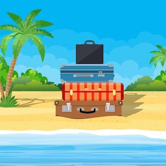 Bagaglio aperto, bagagli, valigie con icone di viaggio e oggetti su sfondo tropicale.