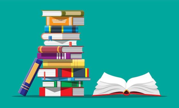 Libro aperto con pagine capovolte e una pila di libri