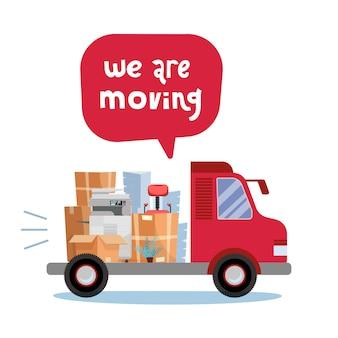 Apra il tronco del camion che impila le cose dell'ufficio in scatole di cartone. spostamento corporativo.