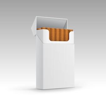 Pacchetto aperto di sigarette isolato su sfondo