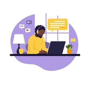 Uomo dell'operatore con computer, cuffie e microfono. esternalizzare, consultare, lavorare online, rimuovere lavoro. call center. illustrazione piatta su sfondo bianco.