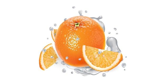 Arancia e una spruzzata di yogurt su uno sfondo bianco.