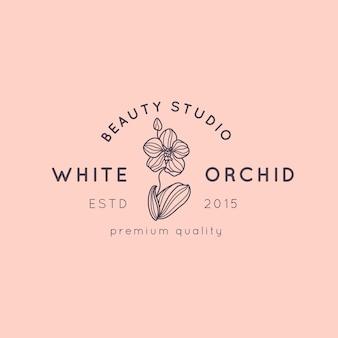Modello di progettazione del logo dell'orchidea in semplice stile lineare minimale. emblema floreale vettoriale e icona per salone di bellezza, spa.