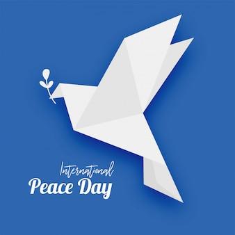 Piccione origami con foglia simbolo di pace