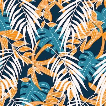 Modello senza cuciture astratto originale con foglie e piante tropicali colorate su uno sfondo delicato