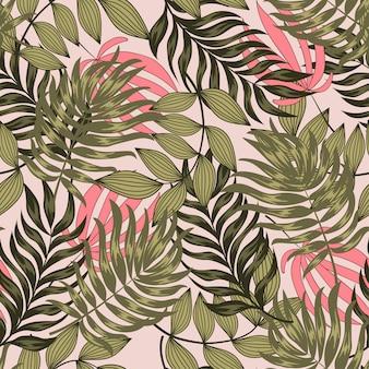 Modello tropicale senza cuciture originale con foglie e piante luminose su uno sfondo pastello