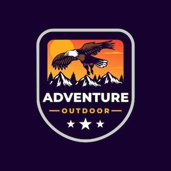 Logo distintivo di montagna avventura all'aperto