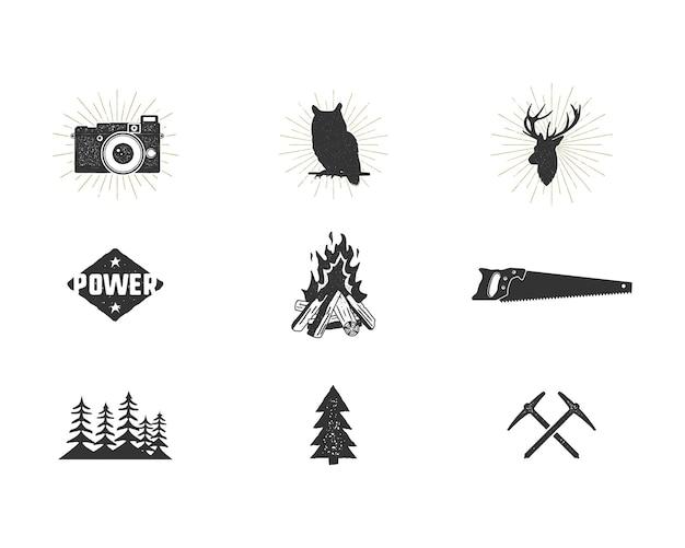 Set di icone di sagoma avventura all'aperto. collezione di forme da arrampicata e da campeggio. pacchetto di semplici pittogrammi neri. utilizzare per creare logo e altri design per escursioni e surf. vettore isolato su bianco.