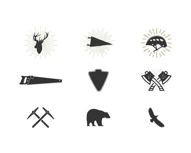 Set di icone di sagoma avventura all'aperto. collezione di forme di arrampicata e boscaiolo. pacchetto di semplici pittogrammi neri. utilizzare per creare logo, etichette e altri design per escursioni e surf. vettore isolato su bianco.