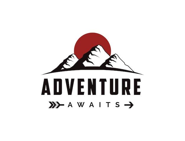Modello di logo di viaggio avventura all'aperto