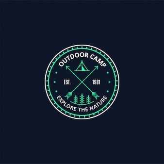Distintivo del campo all'aperto. illustrazione al tratto. trekking, emblema del campeggio.