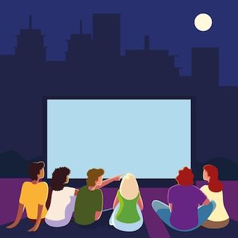 Cinema all'aperto con persone che guardano lo schermo