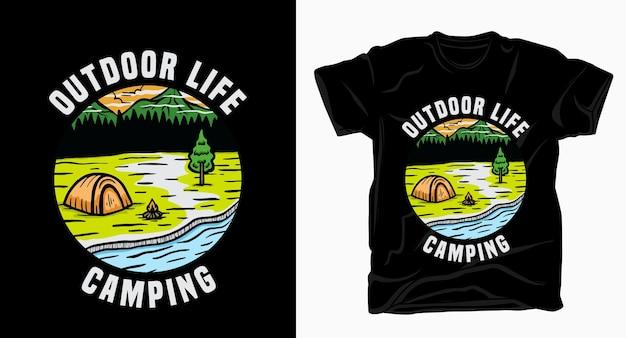Tipografia da campeggio vita all'aperto con t-shirt tenda e paesaggio naturale