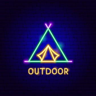Etichetta al neon all'aperto. illustrazione vettoriale di promozione tenda da campeggio.