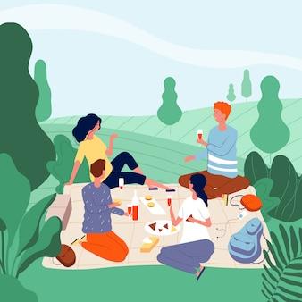 Persone picnic all'aperto. la famiglia felice nel parco verde di estate che mangia alimento ha un resto e che gioca il fondo di picnic