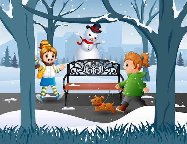 Attività all'aperto i bambini nell'illustrazione invernale