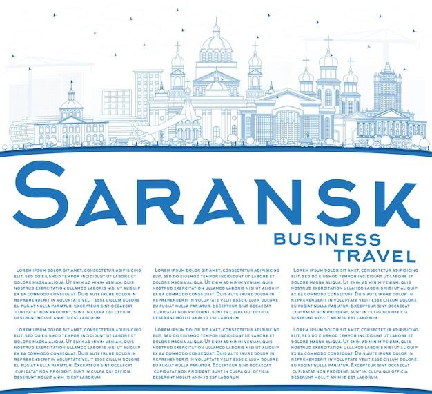 Profilo dello skyline di città di saransk russia con edifici blu e spazio di copia. viaggi d'affari e concetto di turismo con architettura moderna. paesaggio urbano di saransk con punti di riferimento.