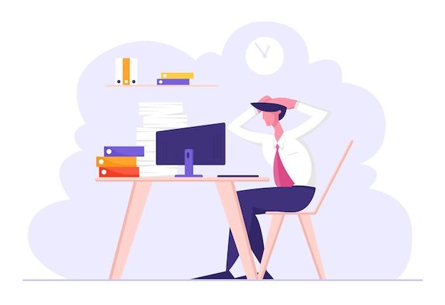 Carattere di dipendente di ufficio maschio stressato sovraccarico seduto al posto di lavoro