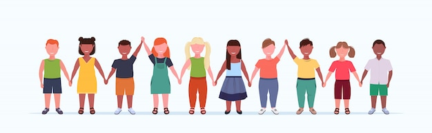 Sovrappeso sorridente gruppo di bambini tenendo le mani sollevate bambine in piedi insieme mescolare maschio femmina bambini piena lunghezza orizzontale piatto bianco banner orizzontale