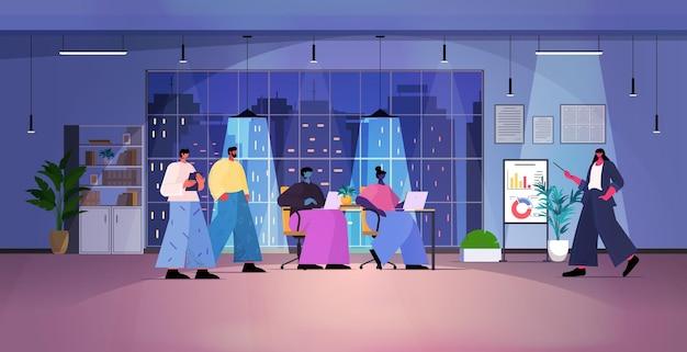 Squadra di uomini d'affari oberati di lavoro che fa una presentazione finanziaria sulla lavagna digitale durante la riunione della conferenza nell'illustrazione vettoriale a figura intera orizzontale dell'ufficio notturno scuro