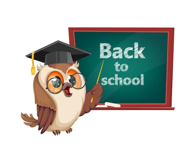 Gufo in berretto da laurea in piedi vicino alla lavagna torna a scuola personaggio dei cartoni animati del gufo saggio