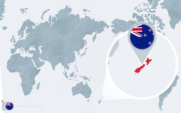 Mappa del mondo centrato sul pacifico con la nuova zelanda ingrandita. bandiera e mappa della nuova zelanda.