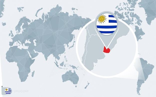 Mappa del mondo centrato sul pacifico con l'uruguay ingrandito. bandiera e mappa dell'uruguay.