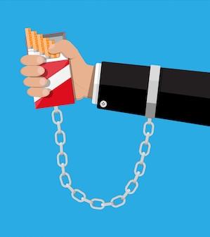 Pacchetto di sigarette incatenato a catene a mano