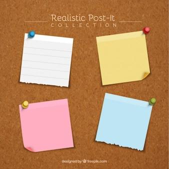 Pacchetto di quattro note adesive realistici con le puntine da disegno