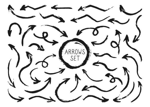 Frecce dipinte di inchiostro nero, set da disegno a mano. accumulazione del puntatore del grunge di sagoma. cursore di varie forme di freccia irregolari artistiche curve e arcuate.