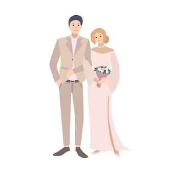 Coppia di sposi in piedi insieme. giovane uomo carino e donna vestita in abiti da sposa vecchio stile o retrò