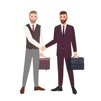 Coppia di uomini d'affari, partner commerciali, dipendenti o impiegati che si stringono la mano