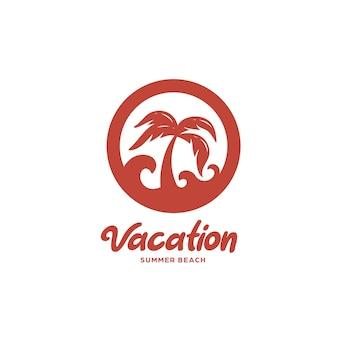 Distintivo piatto dell'illustrazione dell'icona del modello di logo della spiaggia della palma con l'onda del mare