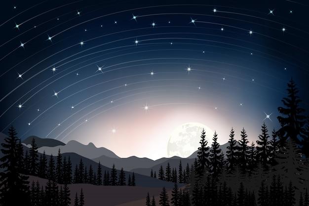 Paesaggio di panorama della notte stellata con pieno dietro la montagna e pini