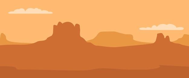 Panorama montagne e cielo al tramonto con nuvole.