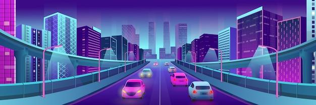Città al neon panoramica con case luminose, cavalcavia, strade e automobili.