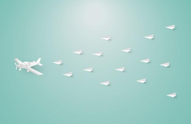 Aeroplano di carta tra gli aeroplani bianchi di origami