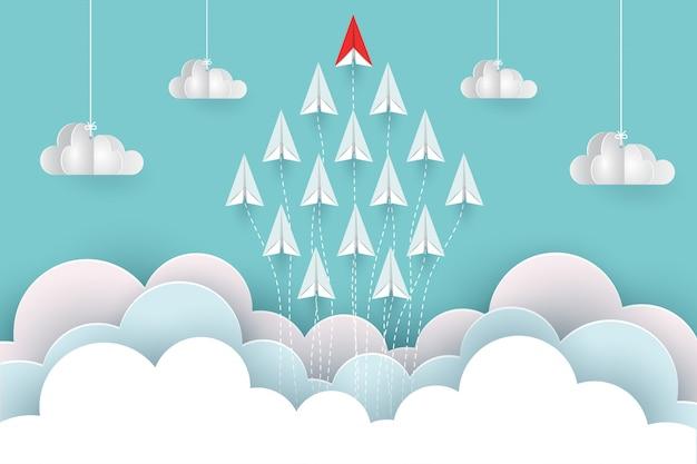 Gli aeroplani di carta volano verso il cielo tra il paesaggio naturale delle nuvole vanno a bersaglio. cartone animato di illustrazione vettoriale
