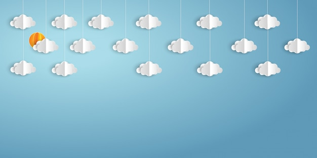 Nuvole e tempo di carta sul fondo del cielo blu